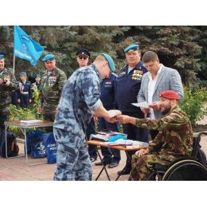 Вячеслав Воробьёв наградил росгвардейцев памятными орденами в День ВДВ